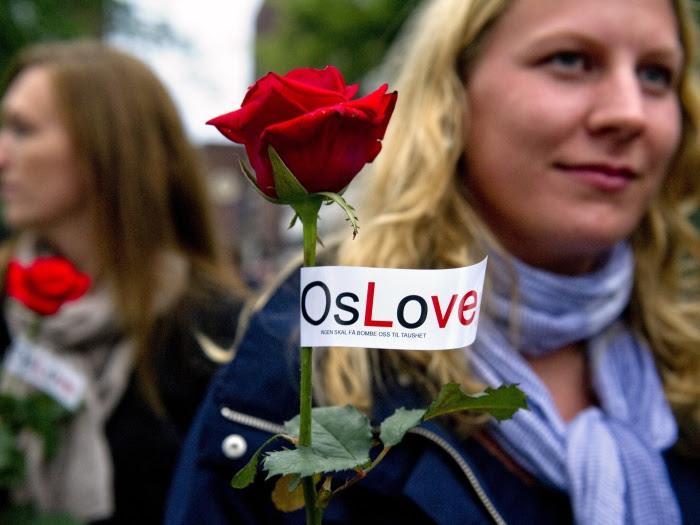 """Foram distribuídas para as pessoas reunidas rosas com a mensagem """"OsLove"""", um trocadilho entre as palavras Oslo e amor"""