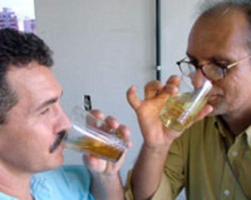 TERAPIA ALTERNATIVA - Adeptos garantem que a urina cura doenças