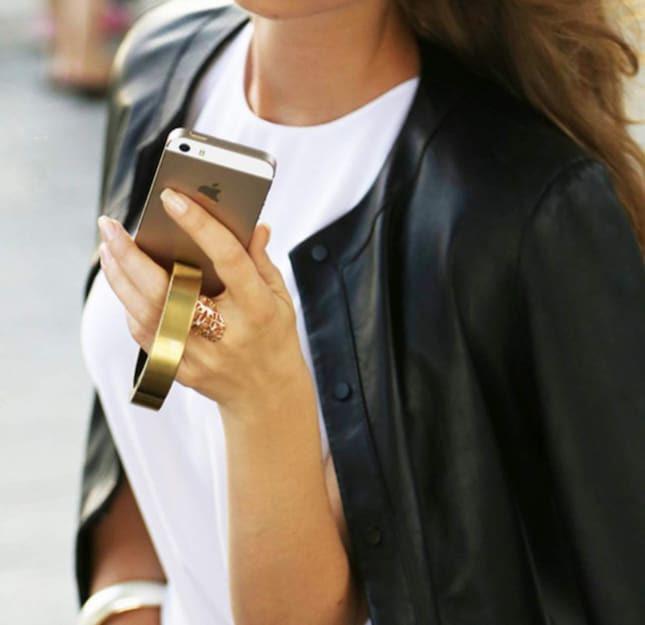 Ett armband som samtidigt laddar mobilen hade väl varit smidigt när du är på språng?