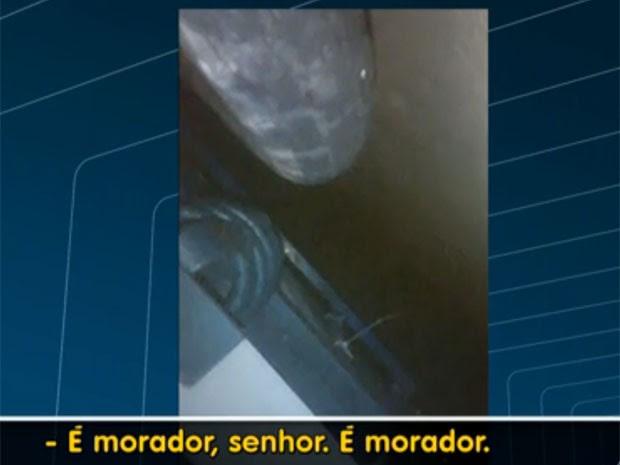 Imagens mostram agonia de rapazes e apelo de moradores. (Foto: Reprodução / TV Globo)