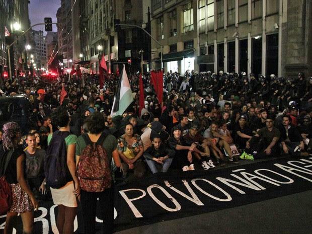 Manifestantes sentam na Rua Boa Vista (Foto: Marcelo Brandt/G1)