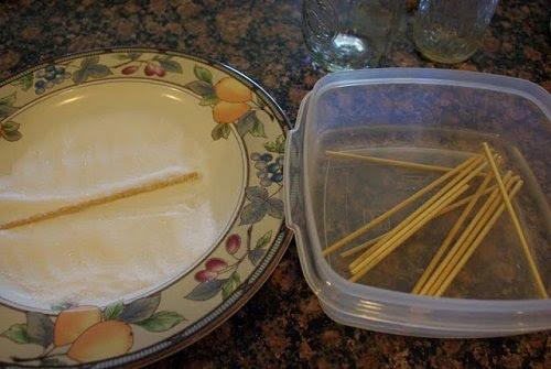 сахар и деревянные палочки