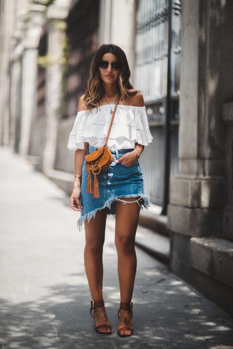 ¡Apunta! Asimétrica y con el bajo y detalles desgastados, esta es la clave para tu minifalda este verano.