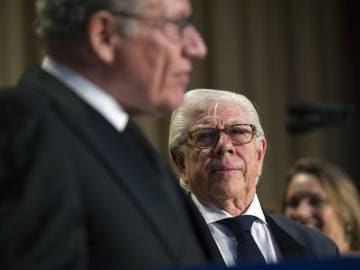 El periodista Carl Bernstein mira a su antiguo colega Bob Woodward en la última cena de corresponsales.