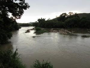 Indústrias captam água do Rio Paraíba do Sul (Foto: Marcelo Elizardo/ G1)