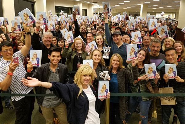Anna Faris takes a group photo with everyone who attended her signing at The Grove's Barnes & Noble bookstore in Los Angeles...on November 6, 2017. That red arrow was added by me.