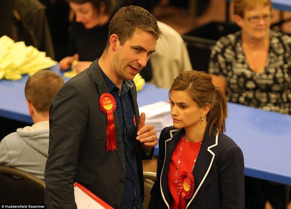 Ms Cox, en la foto, con su marido Brendan en la noche electoral cuando fue elegida como miembro del Parlamento