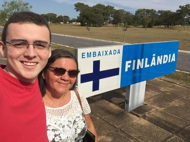 Resultado de imagem para Mãe junta 300 kg de latinhas e realiza sonho do filho de estudar na Europa