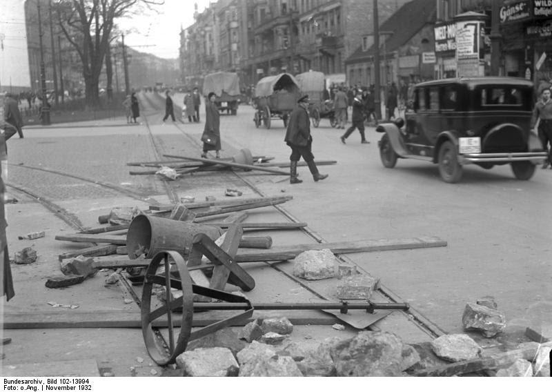 Arquivo: Bundesarchiv Bild 102-13994, Berlin, BVG-Streik, Barrikaden.jpg
