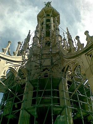 Fregi in rovina, marmi spaccati il viaggio nel cantiere sul Duomo