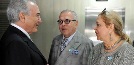 Maria do Carmo Vilaça com o vice-presidente Michel Temer (esquerda) e com o marido Marcos Vinicios (centro) / Foto: Reprodução/Blog Social 1