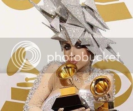 Lady Gaga e chapéu cubista