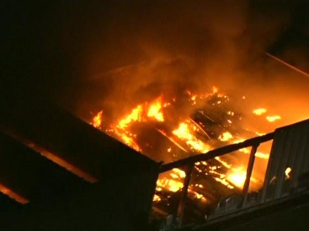 Incêndio atinge centro de distribuição das Casas Pernambucanas em Barueri  (Foto: Reprodução/TV Globo)