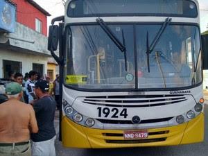 Passageiros foram obrigados a descer do ônibus em Natal (Foto: Divulgação/PM)