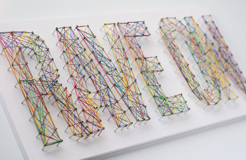 Tipográficas Cordas Arte | College Life DIY Eu não tenho certeza do que eu amo sobre esta peça de arte, mas por alguma razão que me faz sorrir!  Acho que é porque eu gosto de arte tipográfica, mas eu também adoro a aleatoriedade da embalagem string.  Isso seria tão fácil de fazer e um ofício muito a ver com as crianças - martelo seu nome e levá-los a ajudá-lo a embrulhar.