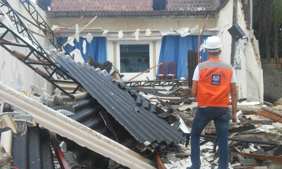 Defesa Civil de Jaboatão fez inspeção após desabamento de teto em igreja evangélica, nesta sexta-feira (23) (Foto: Fagner Ramos/ Defesa Civil de Jaboatão dos Guararapes)