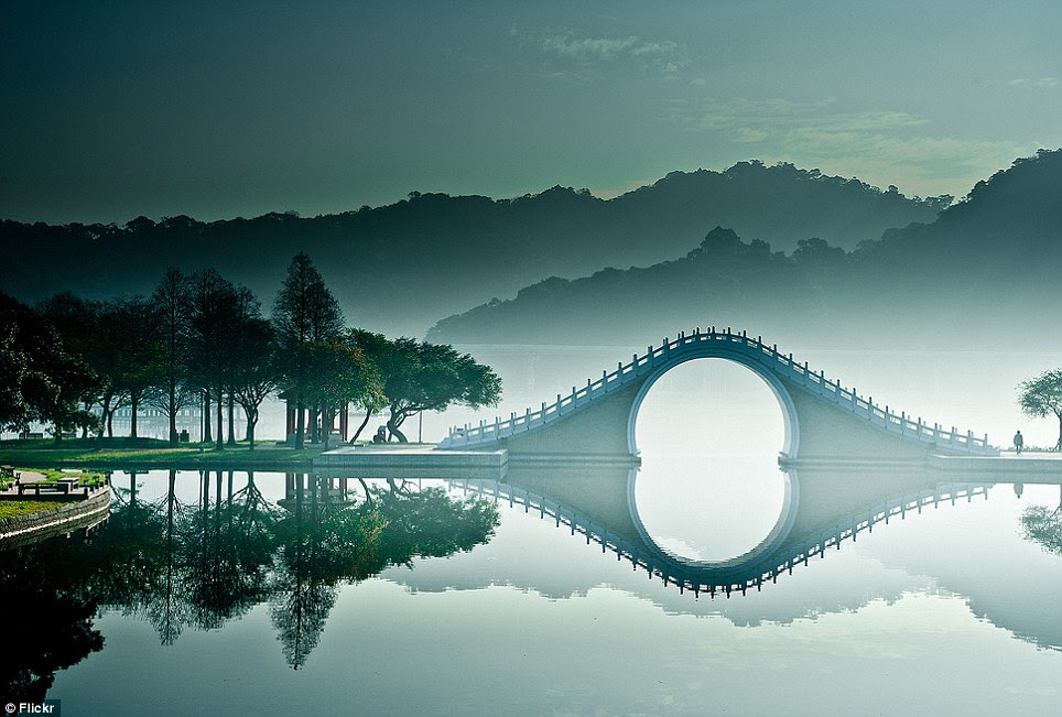 Anther world: The dead calm water coupled with the smokey soft atmosphere give an almost perfect reflection int the lake