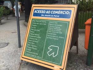 Consórcio do Metrô disponibiliza avisos sobre o funcionamento das lojas  (Foto: Guilherme Brito / G1)