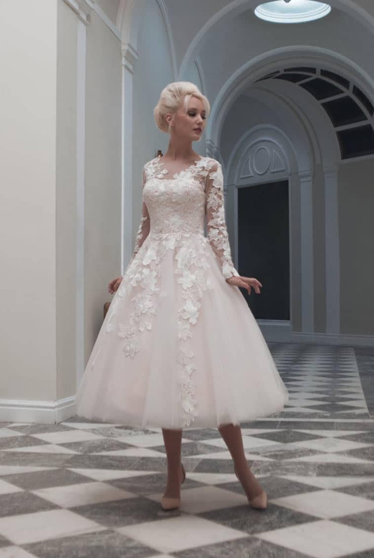 dbad3c3f Kort blonde brudekjole Smukke brudekjoler fra BHLDN BryllupsBusiness Kort  brudekjole med blonder Se de korte brudekjoler fra LILLY's 2018 kollektion