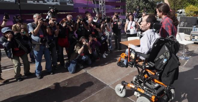 El líder de Podemos, Pablo Iglesias, y el secretario de Organización, Pablo Echenique, posan para los fotógrafos antes de la clausura de la Fiesta de la Primavera. EFE/Javier Lizón