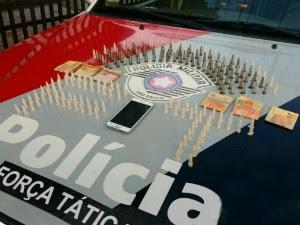 Jovem com 200 pinos de cocaína em Lorena (Foto: Divulgação/Polícia Militar)