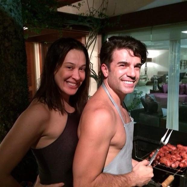 Claudia Raia e namorado fazendo churrasco (Foto: Instagram / Reprodução)