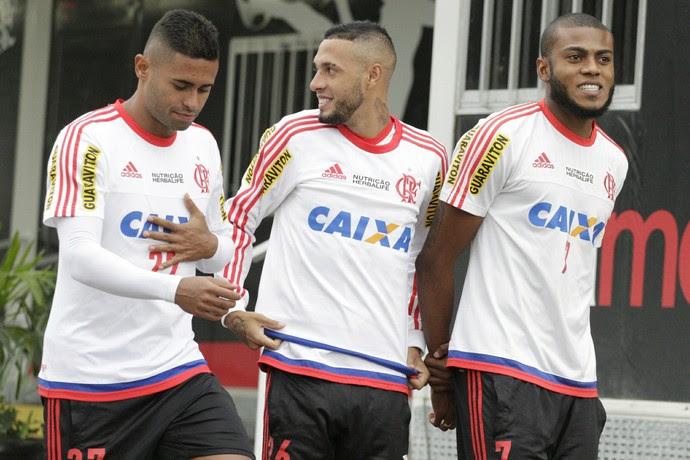 Cirino, com Kayke e Paulinho na foto, também participou de mais um treinamento (Foto: Gilvan de Souza/ Fla Imagem)