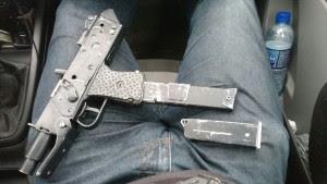 Arma apreendida com os criminosos. Foto: Polícia Civil