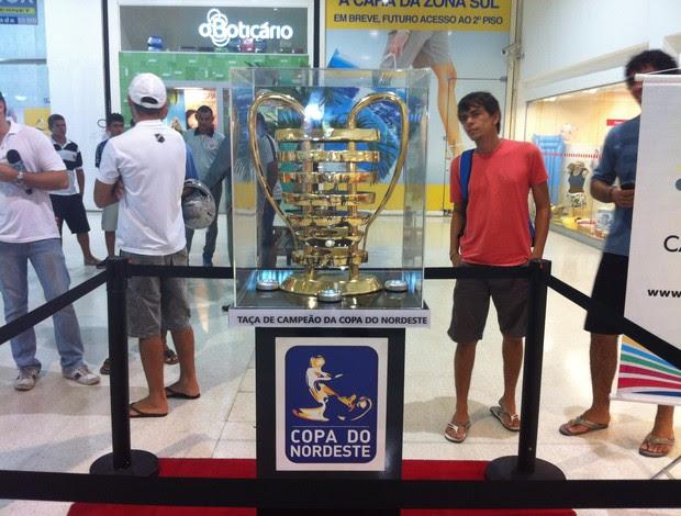 Taça da Copa do Nordeste passa por Natal e atrai dezenas de torcedores e curiosos (Foto: Tiago Menezes/GLOBOESPORTE.COM)