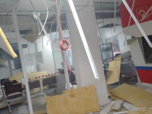 Com a explosão, agência bancária em Caraúbas ficou parcialmente destruída (Foto: Focoelho)
