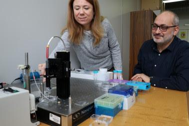 <p>Los investigadores Lluís Marsal y Elisabet Xifré con el aparato de espectroscopia de reflectancia interferométrica que han utilizado para desarrollar el sensor, un método óptico que permite detectar niveles de señal ínfimos. / URV</p>