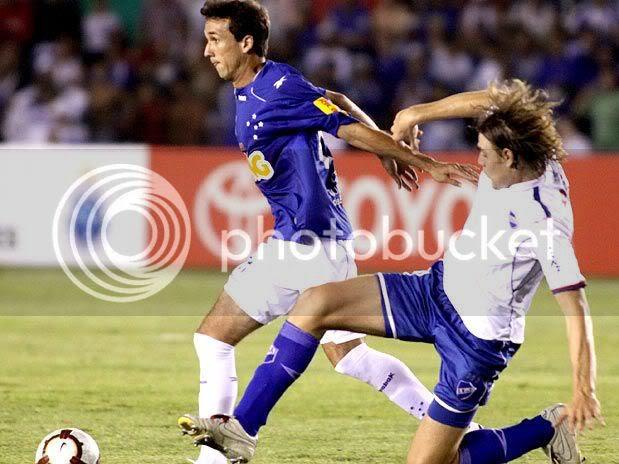 Thiago Ribeiro escapou da marcação uruguaia