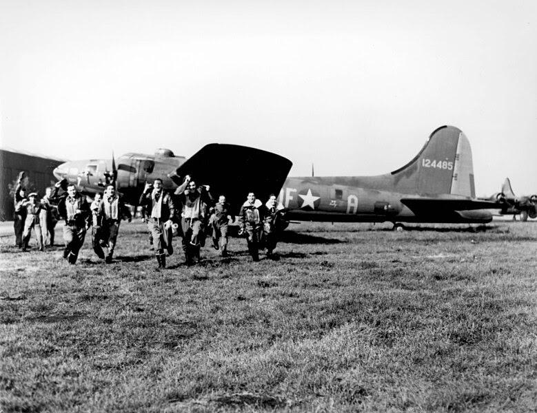 "File:The crew of the B-17 ""Memphis Belle"".jpg"