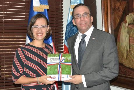 imagen Ministro Andrés Navarro de pie junto a representante adjunta del PNUD Luciana Marmet sosteniendo manual del plan de gestión ambiental y riesgos.