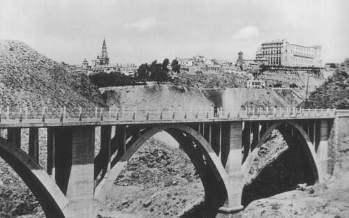 Puente sobre el Arroyo de la Degollada hacia 1950 (derruido en 1973). Foto Alcalá
