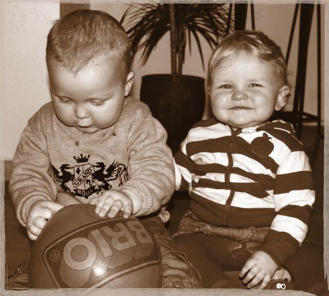 Kevin og Live leker på gulvet