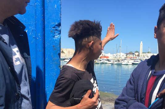 Un jeune marocain, candidat à l'émigration, dans l'attente d'une opportunité de passage sur le port de Tanger, le 3 mai.