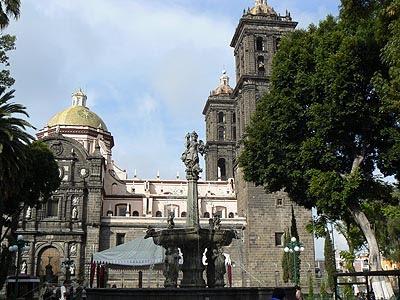 catthédrale et fontaine, Puebla.jpg