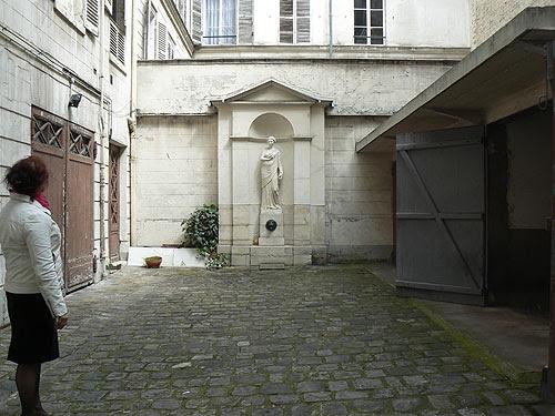 cour intérieure, écuries et fontaine.jpg