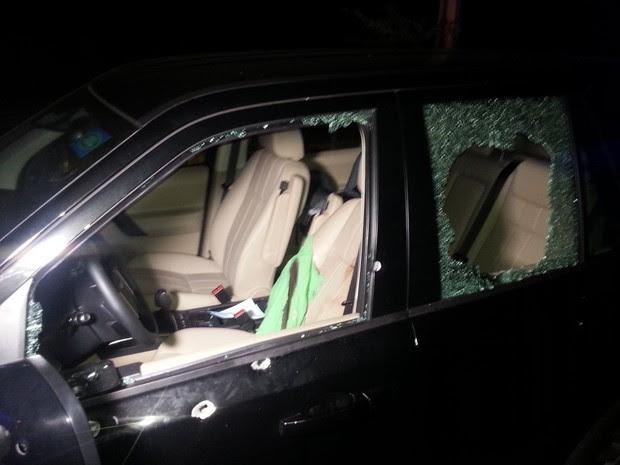 Veículo ficou cheio de marcas de tiros (Foto: Kléber Teixeira/Inter TV Cabugi)