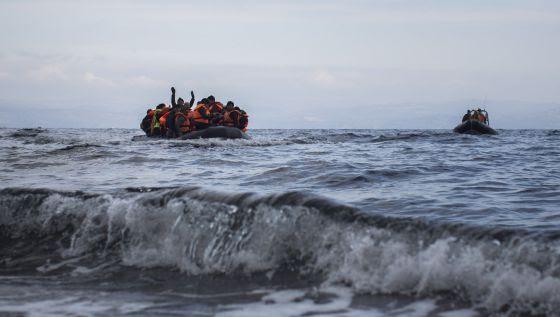 Un bote de refugiados se acerca a la isla de Lesbos
