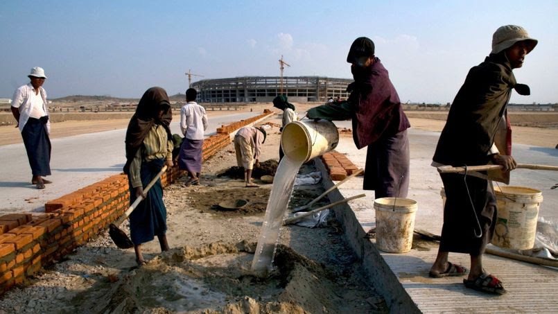 Des ouvriers qui construisent une route à Naypyidaw.