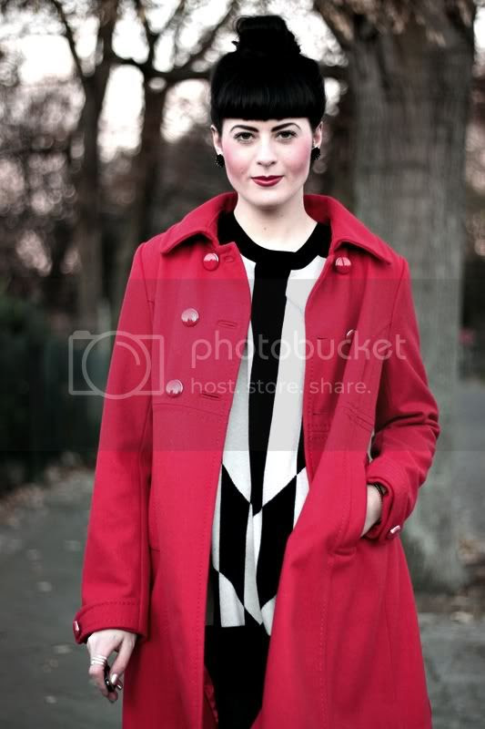 h&m mantel rot outfit mit dutt