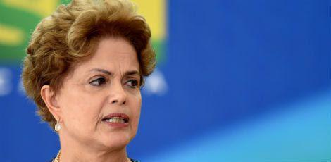 Em comparação a outros governos, o de Dilma registra, no início do primeiro mandato, a menor porcentagem (12%) de pessoas avaliando a administração como ótima ou boa desde 1995 / Foto: EVARISTO SA / AFP
