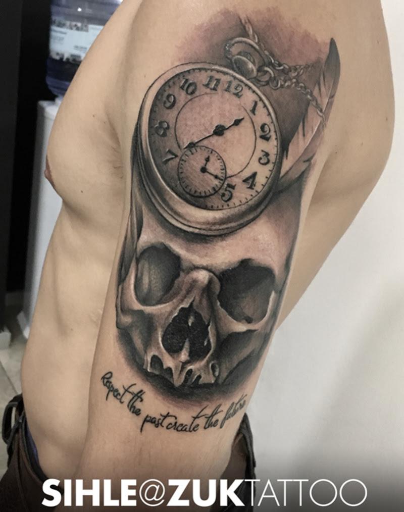 Tatuaje En Negro Y Gris Con Una Calavera Una Pluma Y Un Reloj