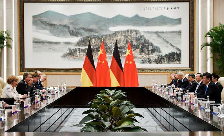 Chinese President Xi Jinping (R) and German Chancellor Angela Merkel (L) during their meeting at the West Lake State House on the sidelines of the G20 Summit, in Hangzhou, Zhejiang province, China, September 5, 2016. REUTERS/Etienne Oliveau/Pool