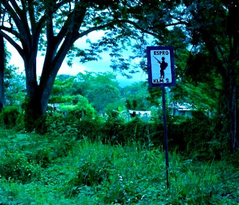 Pancarte annonçant la proximité d'une base militaire.
