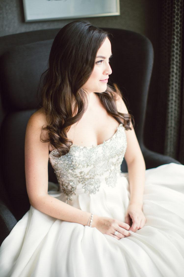 mit einem glänzenden, silbernen Mieder-und volle Seidenrock, diese Hochzeit Kleid ist perfekt geeignet für eine winter-Affäre