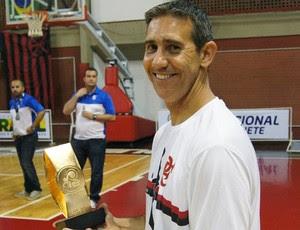 José Neto com o troféu que foi entregue ao Minas pelo vice-campeonato da LDB (Foto: Fabio Leme)
