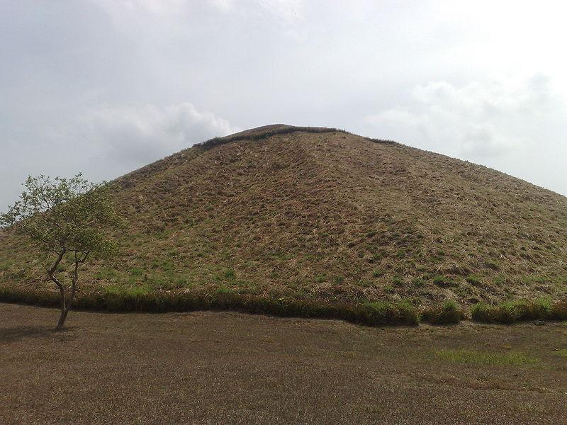 File:La Venta Pirámide cara sur.jpg